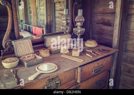 Kommode und Eitelkeit in der westlichen Frau Stil Geisterstadt, Dobby der Grenzstadt, Allianz, Nebraska - Stockfoto