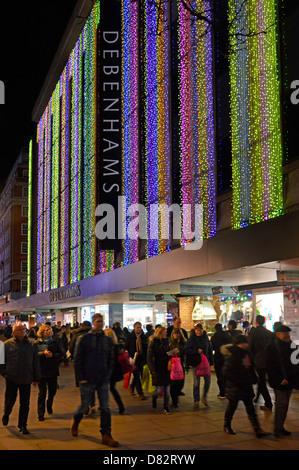 Debenhams Department Store in der Oxford Street mit Weihnachtsbeleuchtung und Shopper - Stockfoto