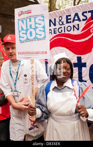 London, UK. 18. Mai 2013. London Bewohner protestieren gegen Schließungen von Mutterschaft und Unfall und Notfall-Einheiten, den Verlust von Krankenhausbetten und die Bedrohung der Privatisierung in London Krankenhäuser medizinische Mitarbeiter, Gewerkschaften und Gesundheit Aktivisten. Bildnachweis: Patricia Phillips / Alamy Live News