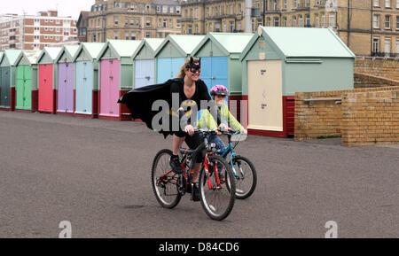 Hove, Sussex UK. 19. Mai 2013. Ein Läufer ankommt, wie Hunderte von Menschen, darunter Kinder heute an der jährlichen - Stockfoto