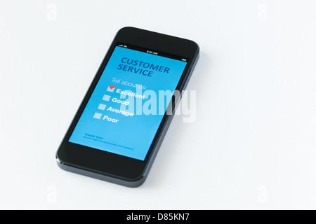 Modernes Mobiltelefon mit Umfrage Kundendienstformular auf einem Bildschirm. Roten Reiter auf ausgezeichnete Kontrollkästchen zeigt die Zufriedenheit der Kunden Stockfoto