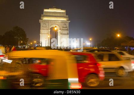 Indien, Uttar Pradesh, New Delhi, Rikscha und Datenverkehr India Gate in der Nacht (mit Bewegungsunschärfe Effekt) - Stockfoto