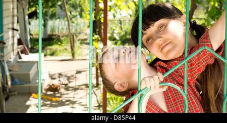 Porträt von Mutter und Kind außerhalb des Hauses spielen hautnah - Stockfoto