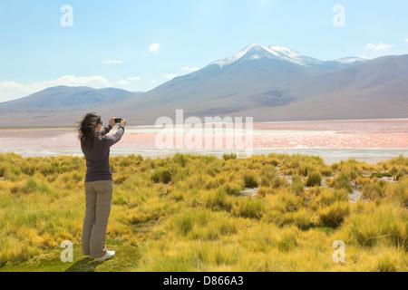 Mädchen, die Bilder auf dem Handy - Stockfoto