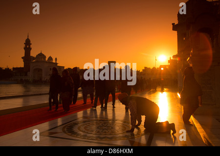Indien, Punjab, Amritsar, Sikh-Pilger zu Fuß rund um den goldenen Tempel bei Sonnenaufgang - Stockfoto