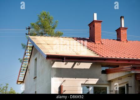 Dachsanierung ausgesetzt Holz Sparren und Fliesen - Stockfoto