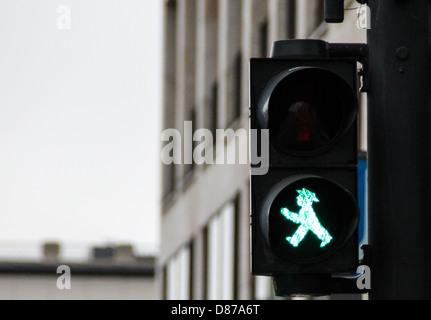 Fußgängerampel in Berlin, mit traditionellen grünen Männlein Ampelmann, Symbol für alle Ampeln in Berlin - Stockfoto