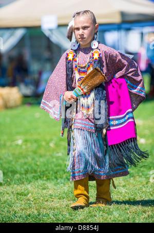 Eine nicht identifizierte gebürtige Inderin nimmt Teil an der Mariposa 20. jährlichen Pow Wow in Kalifornien - Stockfoto