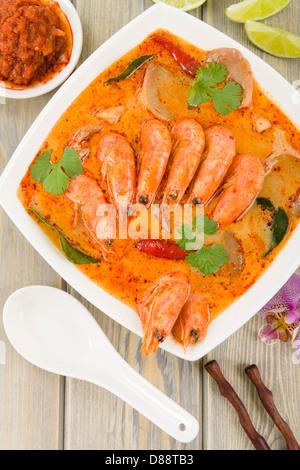 Tom Yum Nam Khon - cremigen Thai-Suppe mit Garnelen und Champignons garniert mit Koriander und mit Limettenscheiben - Stockfoto