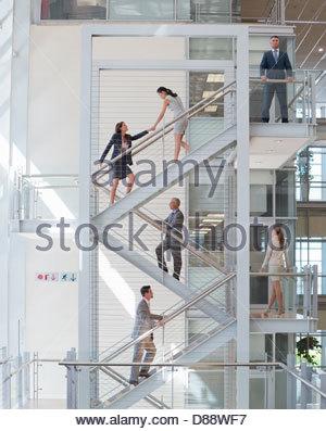 Geschäftsleute, die aufsteigende Treppe im Büro - Stockfoto
