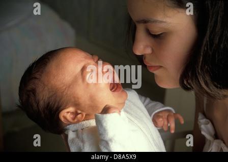 Teenager-Mädchen mit ihr schreiendes baby - Stockfoto