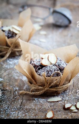 Frische hausgemachte Schokoladen-Muffins mit Mandelsplitter - Stockfoto