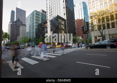 Downtown Chicago loop Michigan Avenue Geschäfte Einkaufszentrum Shopper Straße zu überqueren, auf magnificent Mile - Stockfoto
