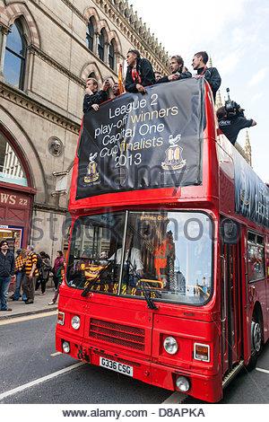 Bradford, UK. 22. Mai 2013. Bradford City Spieler, Mitarbeiter und Fans feiern Aufstieg in einer Liga mit einem - Stockfoto
