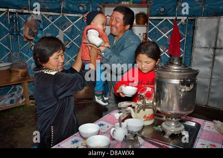 gewöhnliche kasachischen Familie innen Jurte haben einen Tee - Stockfoto