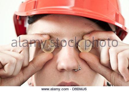 Ein Arbeiter Mit Einem Euro Münzen Vor Seinen Augen In Nahaufnahme