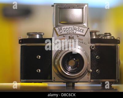 Die ersten einzelnen Spiegel Reflexkameras mit einem auswechselbaren Sucher, die Exakta Varex von 1950, ist auf - Stockfoto