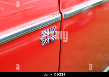 Nahaufnahme von einem Union Jack auf einem Oldtimer. - Stockfoto