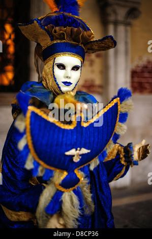 Karneval-Teilnehmer in einem bunten blauen Kostüm, Venedig, Italien. - Stockfoto
