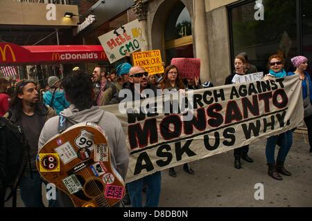 New York, NY, 25. Mai 2013.  März gegen Monsanto ein McDonald's-Shop während einer Kundgebung in New York-Union - Stockfoto