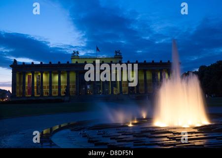 Altes Museum und der Lustgarten Brunnen in der Dämmerung / Dämmerung / Nacht Museumsinsel Mitte Berlin Deutschland - Stockfoto