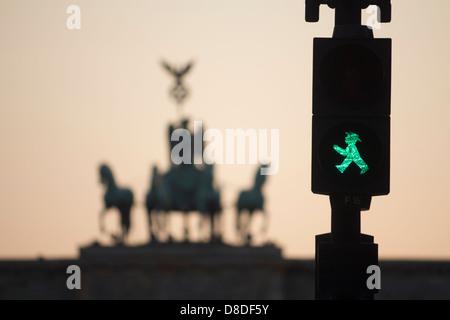 Ampelmannchen alten ostdeutschen Ampeln mit Umriss der Statuen am Brandenburger Tor bei Sonnenuntergang Mitte Berlin - Stockfoto