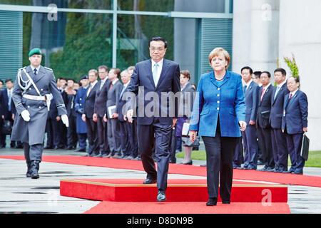 Berlin, Deutschland. 26. Mai 2013. Die Bundeskanzlerin Angela Merkel erhält der chinesische Premierminister Li Keqiang - Stockfoto