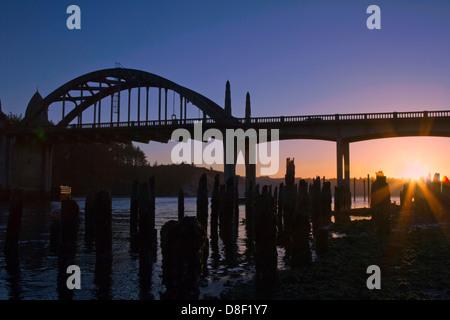 Silhouette der historischen Küstenstadt Brücke bei Sonnenuntergang in Florenz Oregon USA - Stockfoto