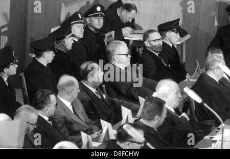 Blick auf das Dock mit Viktor Capesius (m) und Wilhelm Boger (R, neben ihm, beide mit Brille). Der Prozess gegen - Stockfoto