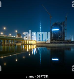 Brücke, Burj Khalifa und Baustellen in Business Bay in der Nacht, Downtown Dubai, Vereinigte Arabische Emirate - Stockfoto