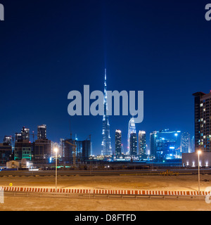Business Bay und Burj Khalifa in der Nacht, Downtown Dubai, Vereinigte Arabische Emirate - Stockfoto