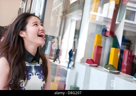chinesische Frau einkaufen in London, england - Stockfoto
