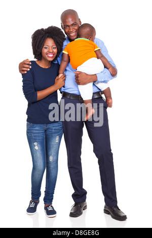 junge afrikanische amerikanische paar mit Baby stehend, isoliert auf weißem Hintergrund - Stockfoto