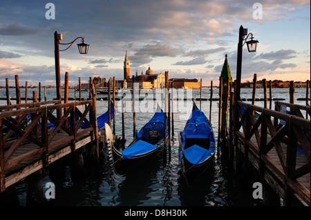 Gondeln festgemacht an Venedig Waterfront mit San Giorgio Maggiore im Hintergrund, Italien.