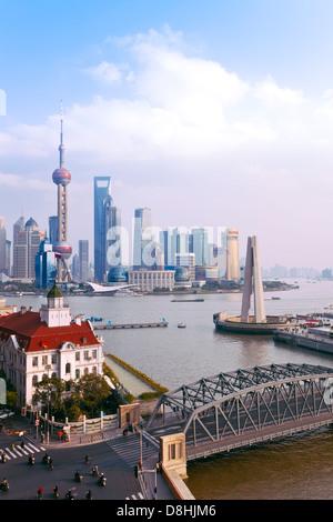 China, Skyline der neuen Pudong, Shanghai, Waibaidu (Garten) Brücke, Blick über den Huangpu-Fluss vom Bund - Stockfoto