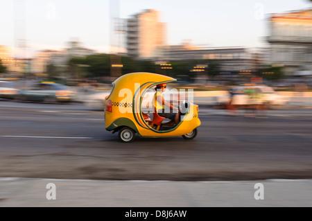 Coco-Taxi am Malecon, Havanna, Kuba, Karibik - Stockfoto