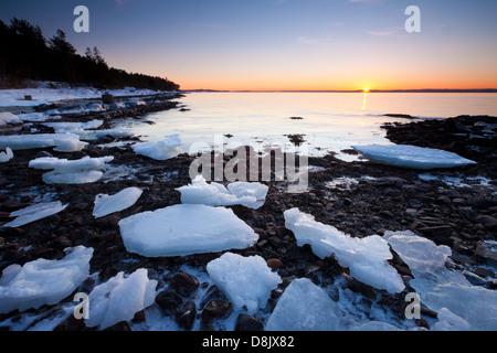 Winter-Sonnenuntergang in Nes auf der Insel Jeløy, Oslofjorden, Moos Kommune, Østfold Fylke, Norwegen. - Stockfoto