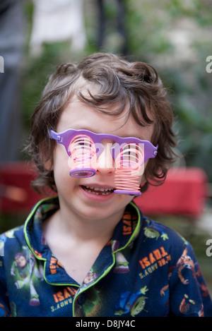 Junge mit Brille Neuheit - Stockfoto