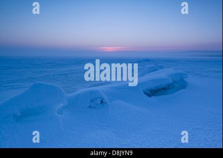 Misty winter Abend an Moskjaera im See Vansjø, råde Kommune, Østfold fylke, Norwegen. Vansjø ist ein Teil des Wassers, - Stockfoto