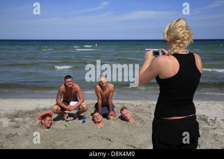 Junge Leute am Strand von Prerow, Darß, Ostsee