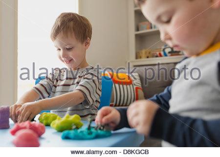 Jungs spielen mit Knete - Stockfoto