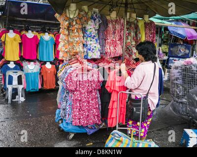 31 mai 2013 b ndeln bangkok thailand arbeiter kleidung f r den versand in einem marktstand. Black Bedroom Furniture Sets. Home Design Ideas