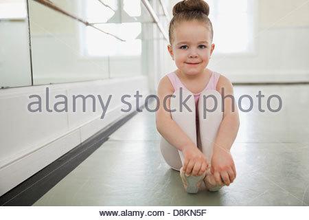 Porträt eines Mädchens im Ballettstudio - Stockfoto