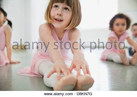 Kinder tun stretching-Übungen im Ballettstudio - Stockfoto