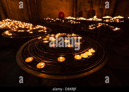 Beten vor Kerzen - Stockfoto