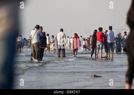 Massen an einem Strand in Mumbai, Indien - Stockfoto