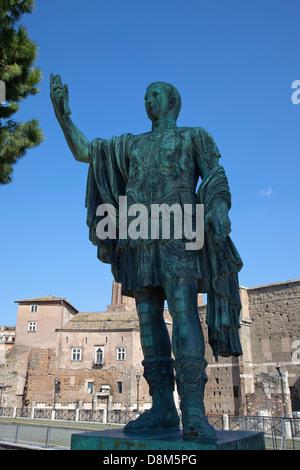 Italien, Latium, Rom, Bronze-Statue von Kaiser Julius Caesar vor Trajans Forum. - Stockfoto