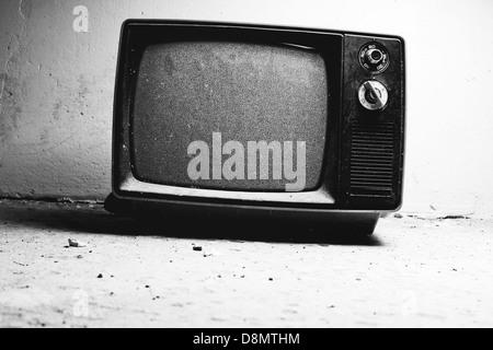 Alte TV im Zimmer. Schwarz / weiß-Film-Stil-Farben. - Stockfoto