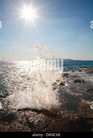 Wave spritzt das Gestein - Stockfoto