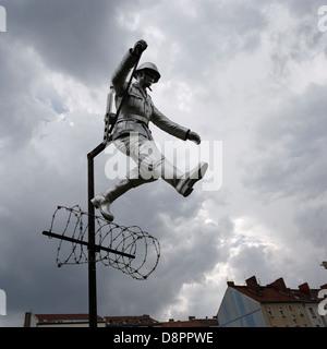 Berlin. Deutschland. Denkmal für DDR Grenze bewachen Hans Conrad Schumann in der Bernauer Straße. - Stockfoto